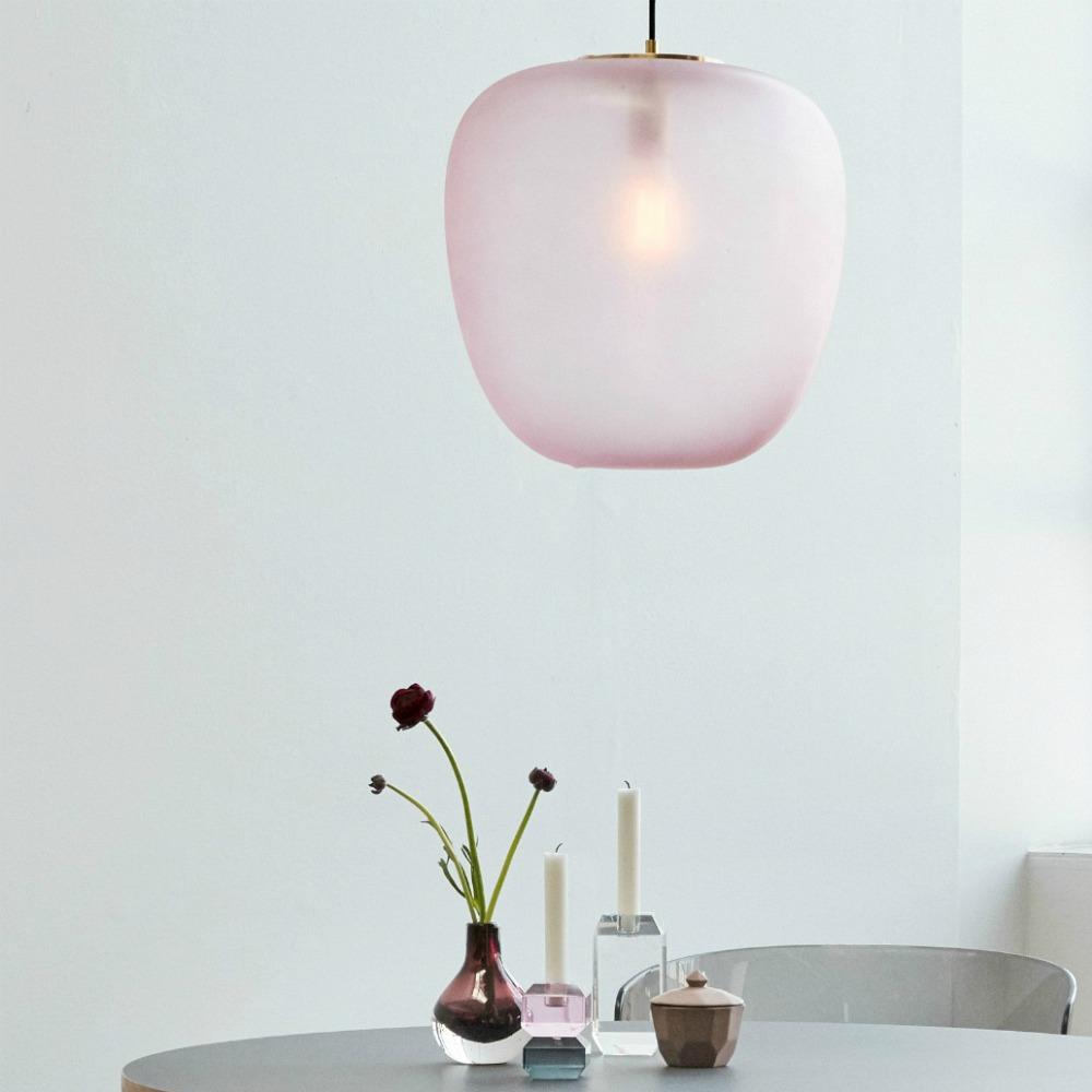 Schöne Deckenlampe Glas Messing rosa von Hübsch Interior