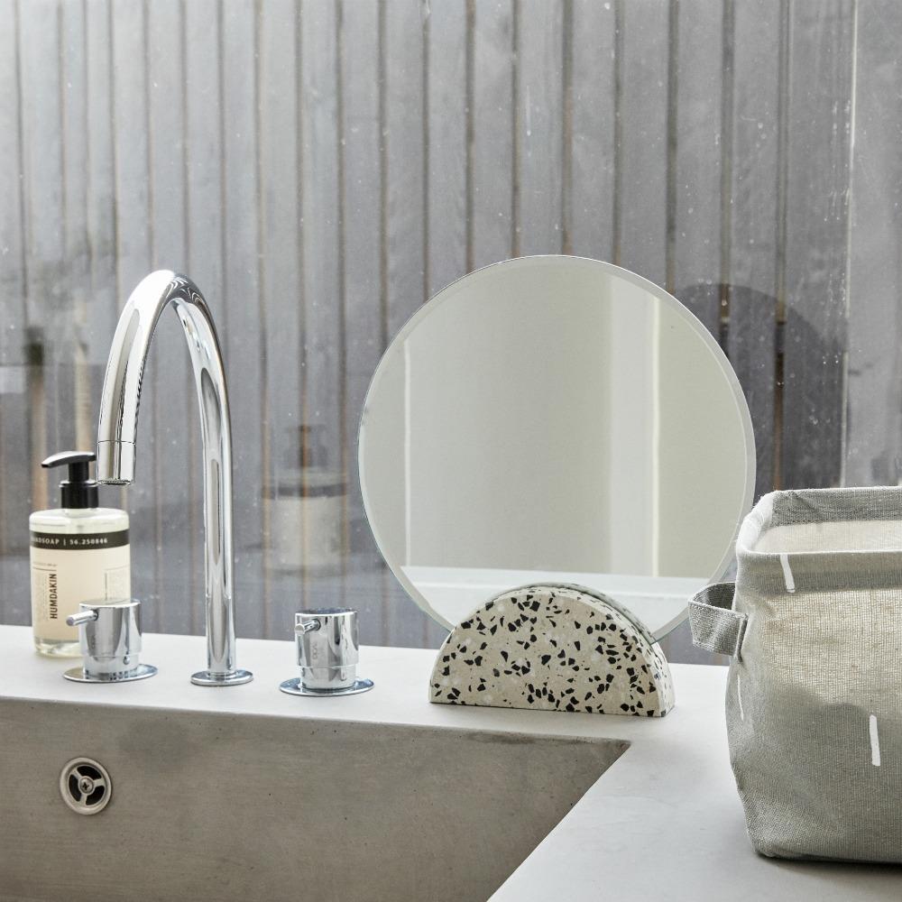 Runder Terrazzo Kosmetikspiegel von Hübsch Interior